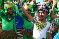 Группа в составе танцоры масленицы в различных костюмах танцует в наслаждении вдоль улицы Стоковые Изображения