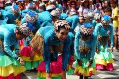 Группа в составе танцоры масленицы в различных костюмах танцует в наслаждении вдоль дороги Стоковые Изображения RF