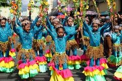 Группа в составе танцоры масленицы в различных костюмах танцует в наслаждении вдоль дороги Стоковое Изображение RF