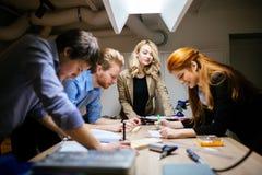 Группа в составе творческий коллективно обсуждать дизайнеров стоковые фотографии rf