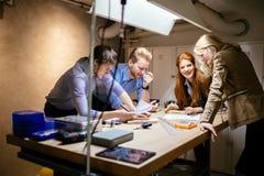 Группа в составе творческий коллективно обсуждать дизайнеров стоковая фотография rf
