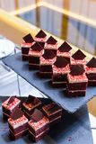 Группа в составе темный шоколад с белыми частями сливк и шоколада Стоковое фото RF