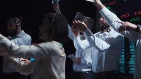 Группа в составе торговцы в процессе работе акции видеоматериалы