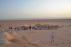 Группа в составе туристы в солёном озере в Сахаре стоковая фотография