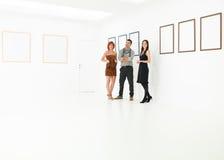 Группа в составе туристы в художественной галерее Стоковое Изображение RF