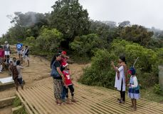 Группа в составе туристы на конце мира в национальном парке самолетов Horton стоковое изображение