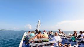Группа в составе туристы на палубе Стоковое Изображение RF