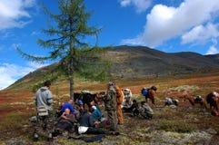 Группа в составе туристы отдыхая на перевале Стоковая Фотография