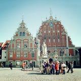 Группа в составе туристы перед домом угорь - винтажным влиянием Стоковое Изображение