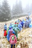 Группа в составе туристы в плащах на походе в горах перемещение карты dublin принципиальной схемы города автомобиля малое Стоковые Изображения RF