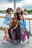Группа в составе туристы принимая selfie рекой Стоковые Фото