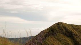 Группа в составе туристы спускает от горных склонов акции видеоматериалы
