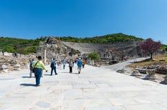 Группа в составе туристы в Ephesus Турции 13-ого апреля 2015 Стоковое Фото