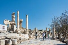Группа в составе туристы в Ephesus Турции 13-ого апреля 2015 Стоковые Фотографии RF