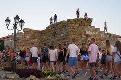 Группа в составе турист входя в старый огороженный город в Болгарию стоковые фотографии rf