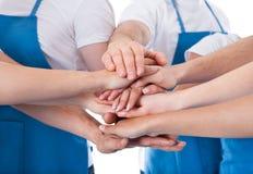 Группа в составе уборщики штабелируя руки Стоковое фото RF