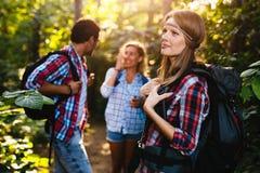 Группа в составе укладывая рюкзак hikers идя для леса trekking Стоковые Изображения RF