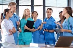 Группа в составе умные студент-медики стоковое изображение
