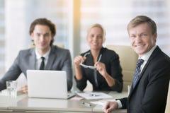 Группа в составе усмехаясь бизнесмены Стоковая Фотография