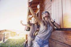 Группа в составе усмехаясь друзья в отдельном файле принимая смешное selfie Стоковое Изображение
