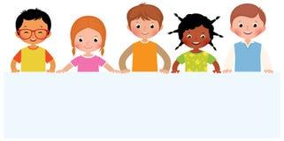 Группа в составе усмехаясь дети держит белую бумагу листа иллюстрация штока