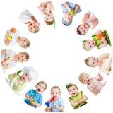 Группа в составе усмехаясь дети младенцев детей Стоковые Фото