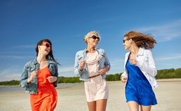 Группа в составе усмехаясь женщины в солнечных очках на пляже Стоковые Изображения RF