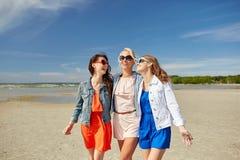Группа в составе усмехаясь женщины в солнечных очках на пляже Стоковое фото RF