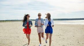 Группа в составе усмехаясь женщины в солнечных очках на пляже Стоковое Изображение RF