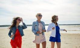 Группа в составе усмехаясь женщины в солнечных очках на пляже Стоковое Фото