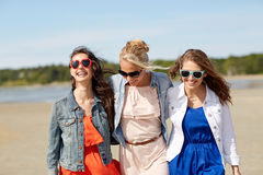 Группа в составе усмехаясь женщины в солнечных очках на пляже Стоковые Фото