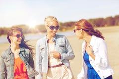 Группа в составе усмехаясь женщины в солнечных очках на пляже Стоковая Фотография RF