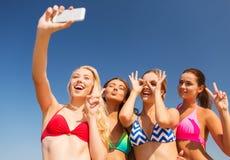 Группа в составе усмехаясь женщины делая selfie на пляже Стоковые Изображения RF