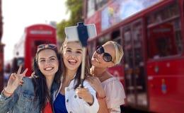 Группа в составе усмехаясь женщины принимая selfie в Лондоне Стоковые Фотографии RF