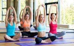 Группа в составе усмехаясь женщины протягивая в спортзале Стоковое Изображение RF