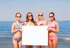 Группа в составе усмехаясь женщины с пустой доской на пляже Стоковое Изображение RF