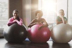 Группа в составе усмехаясь женщины с шариками тренировки в спортзале Стоковая Фотография
