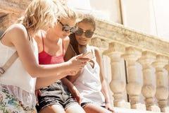 Группа в составе усмехаясь красивые девушки на летних каникулах Стоковая Фотография RF