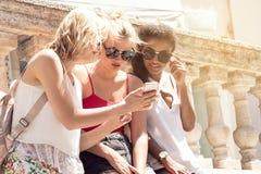 Группа в составе усмехаясь красивые девушки на летних каникулах Стоковая Фотография