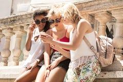 Группа в составе усмехаясь красивые девушки на летних каникулах Стоковые Изображения RF
