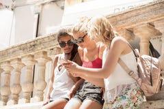 Группа в составе усмехаясь красивые девушки на летних каникулах Стоковые Фото