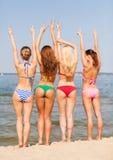 Группа в составе усмехаясь молодые женщины на пляже Стоковые Фото