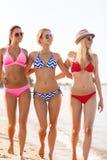 Группа в составе усмехаясь молодые женщины на пляже Стоковое Изображение