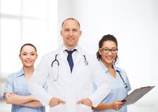 Группа в составе усмехаясь доктора с доской сзажимом для бумаги Стоковое Фото