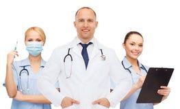 Группа в составе усмехаясь доктора с доской сзажимом для бумаги Стоковая Фотография RF