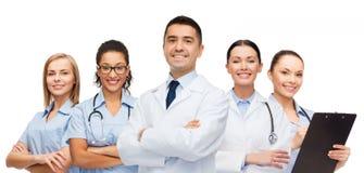 Группа в составе усмехаясь доктора с доской сзажимом для бумаги Стоковые Изображения RF
