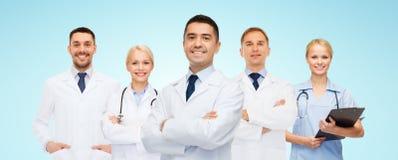 Группа в составе усмехаясь доктора с доской сзажимом для бумаги Стоковые Изображения