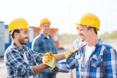 Группа в составе усмехаясь построители в защитных шлемах outdoors Стоковая Фотография RF
