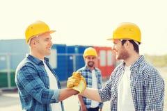 Группа в составе усмехаясь построители в защитных шлемах outdoors Стоковые Фото