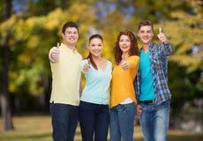 Группа в составе усмехаясь подростки над зеленым парком Стоковое Изображение